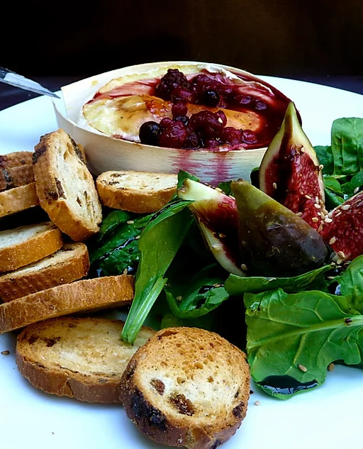 Camembert roti au four, miel et fruits rouges - Recette de Baroudeuse Culinaire